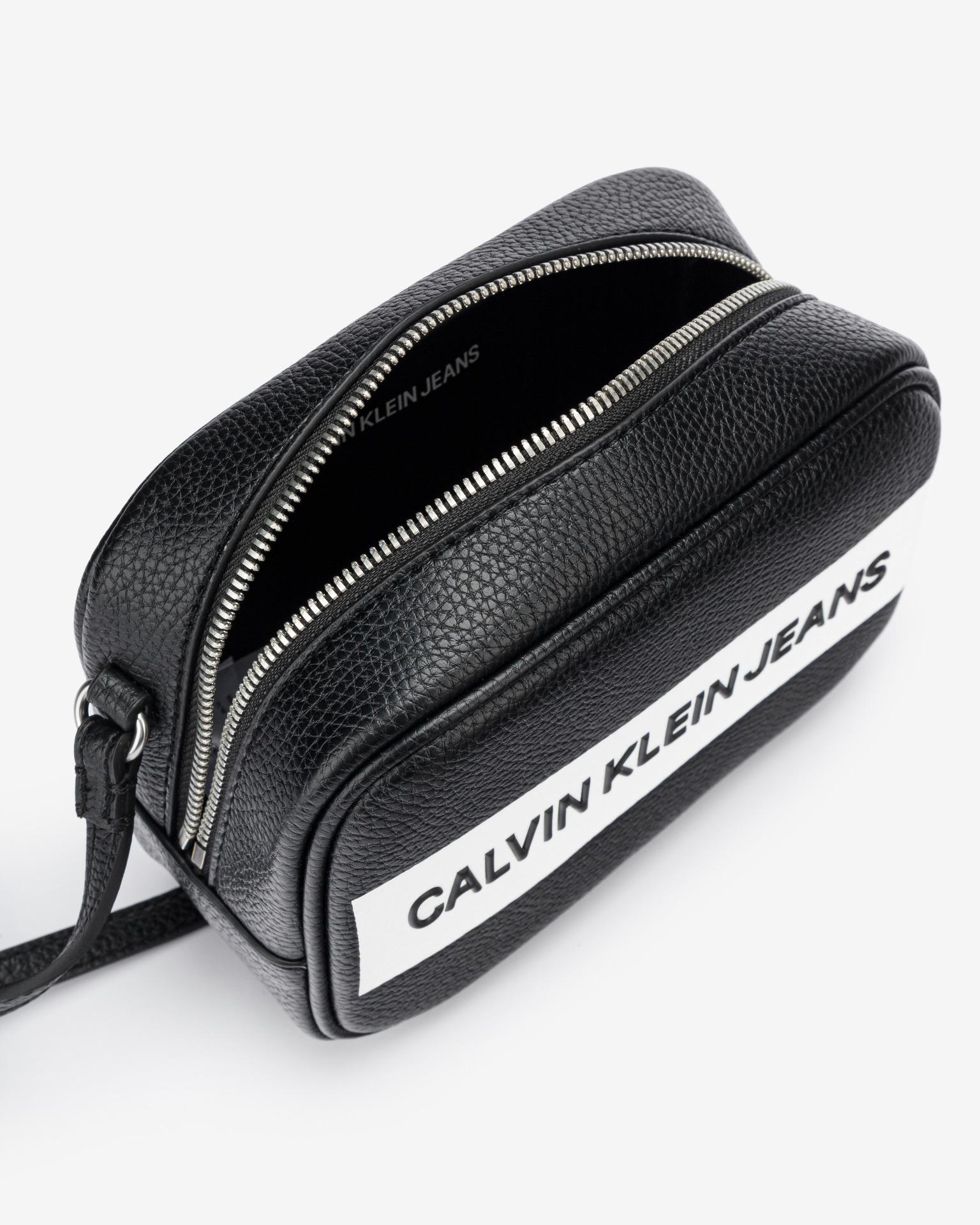 Calvin Klein črna crossbody torbica Camera