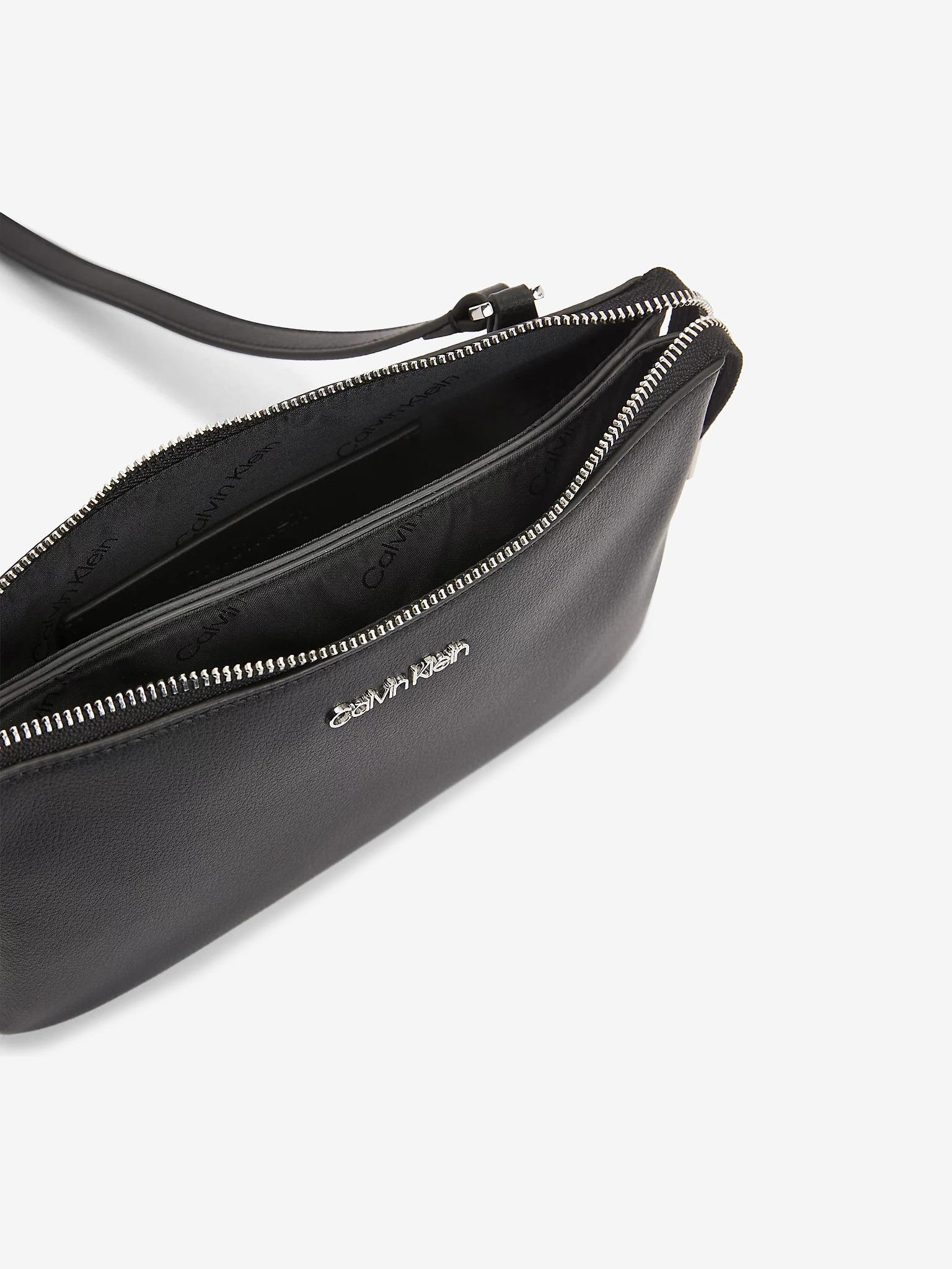 Calvin Klein črna crossbody torba Must