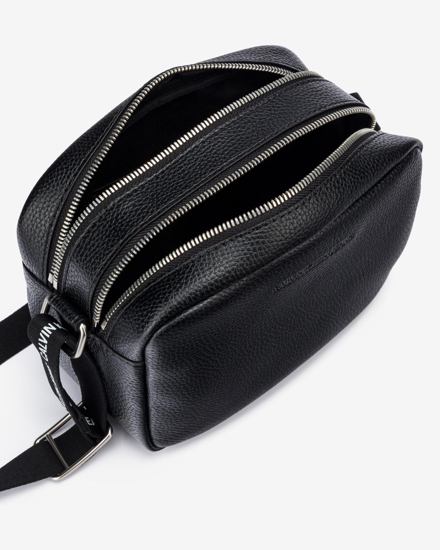 Calvin Klein črna crossbody torba Double Zip Camera