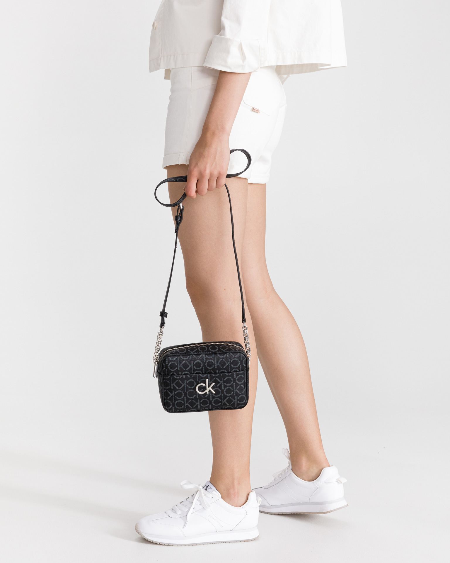 Calvin Klein črna crossbody torba Camera Monogram