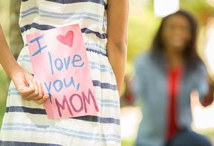 Materinski dan je tu. Katero darilo boste poslali svoji?
