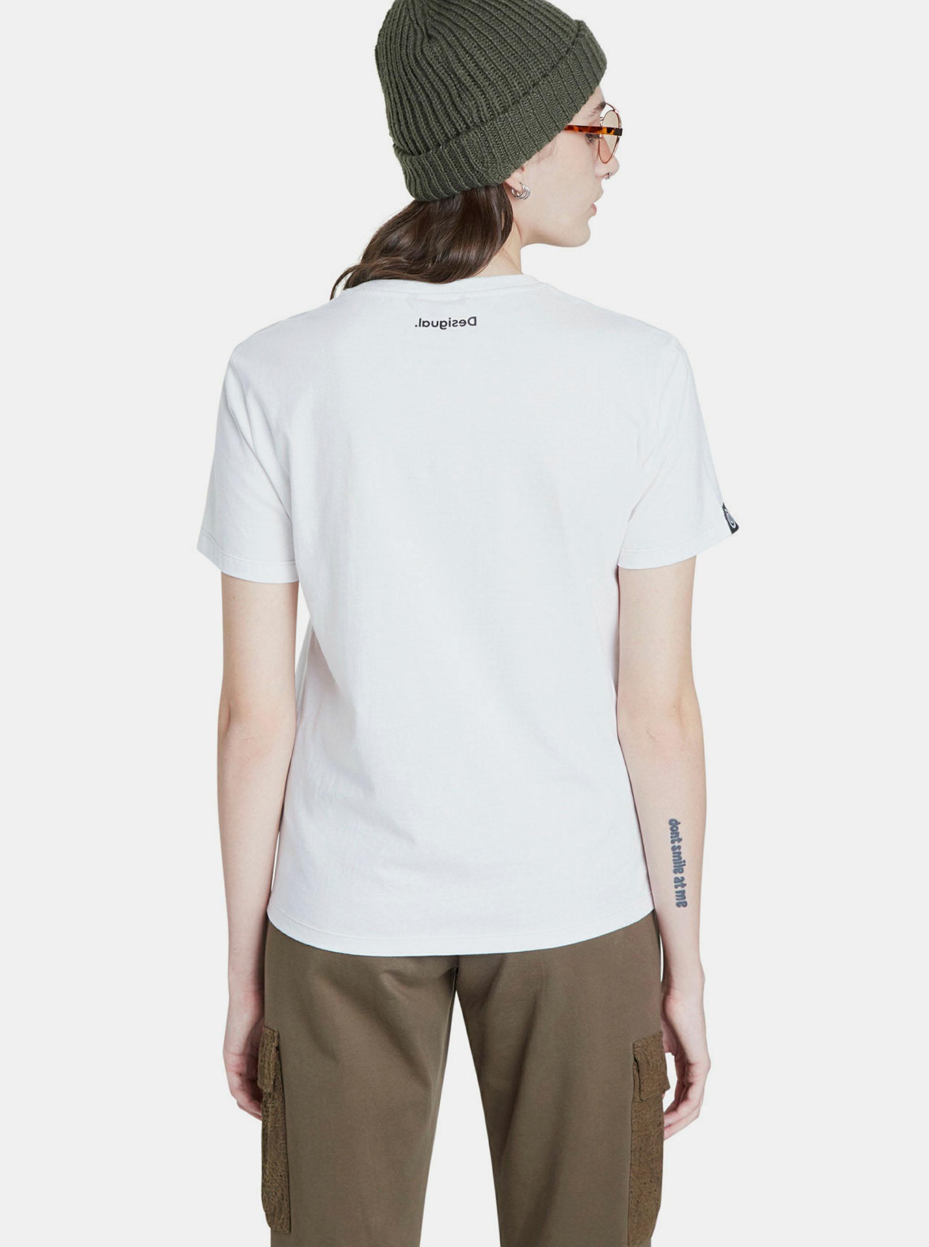 Bela majica z oblikovalskim potiskom