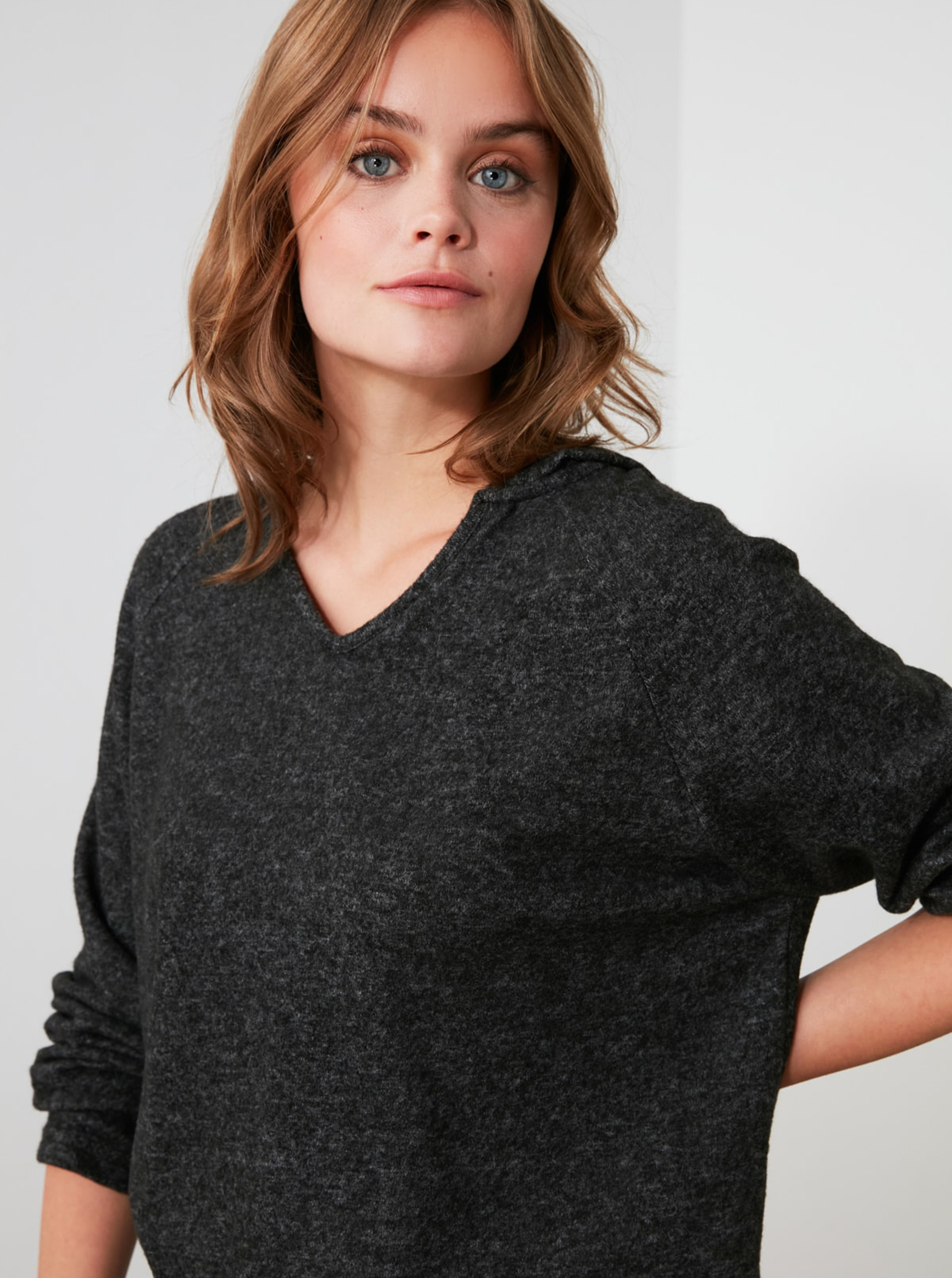 Črna ženska ohlapna majica s kapuco Trendyol